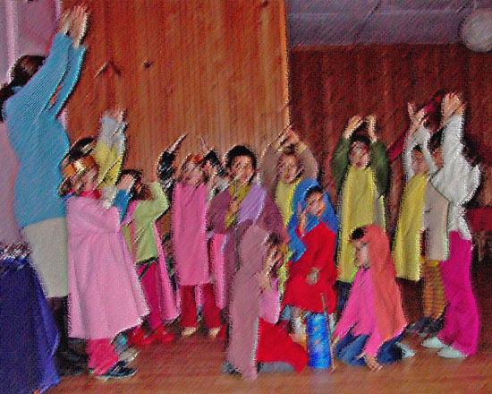 ninoss del jardín de Infancia de la Escuela Libre Micael haciendo euritmia. Foto extraida de www.escuelamicael.com